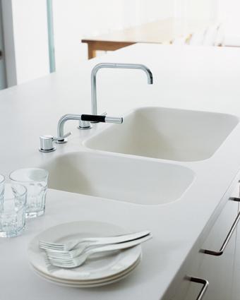 Столешница кухонная белая выполнена с дву чашами из камня