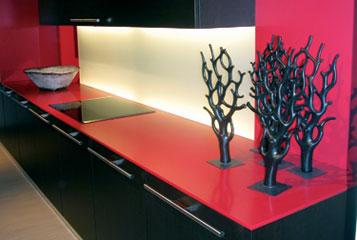 Красная кухонная столешница из камня