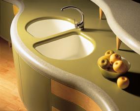 Полукруглая кухонная столешница с двумя мойками из камня