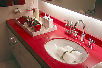 Красная столешница с белыми раковинами