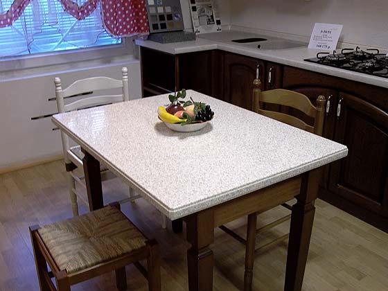Кухонный стол на деревянных ногах из акрилового камня