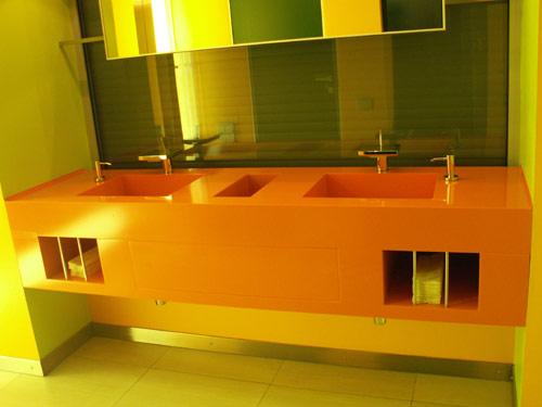 Столешница в ванной комате из искусственного камня